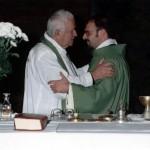 Lo scambio di pace tra mons. Domenico Caselli e don Marco Renzi